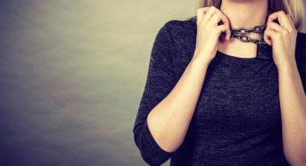 Νιώθετε ότι έχετε έναν «κόμπο» στον λαιμό; – Δείτε τι προκαλεί αυτή την αίσθηση