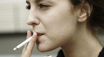 Υψηλότερος ο κίνδυνος σοβαρού εμφράγματος για τις καπνίστριες από ό,τι για τους καπνιστές
